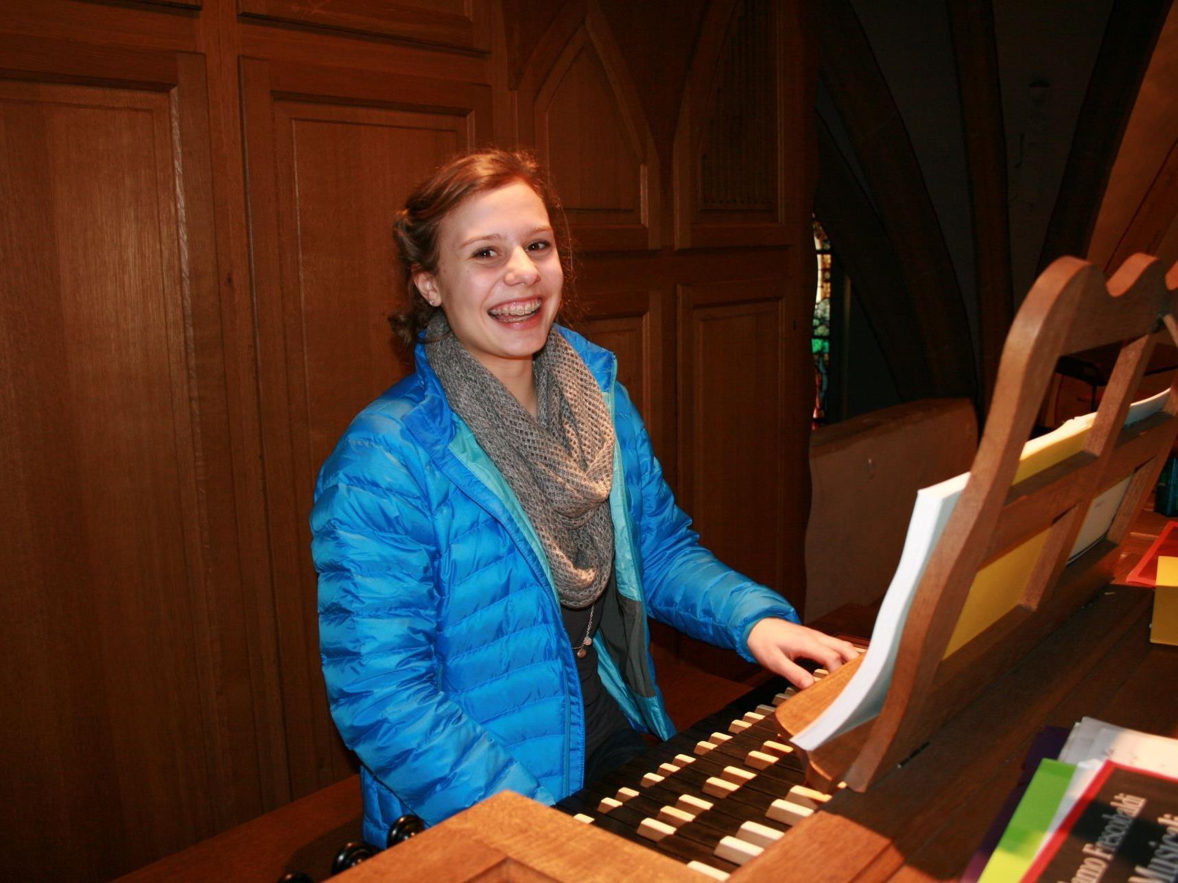 Barbara Salomon an der Orgel