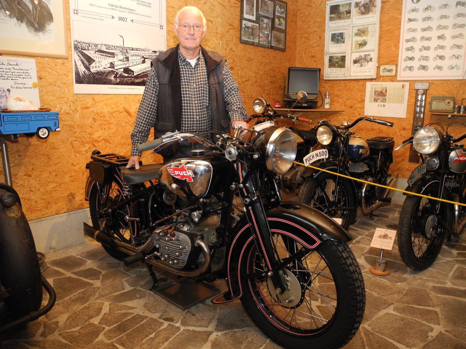 """Elmar Wehinger mit seinen """"Lieblingen"""", die englische Triumph, eine österreichische Titan und eine schwedische Rex, die alle 1928 gebaut wurden."""
