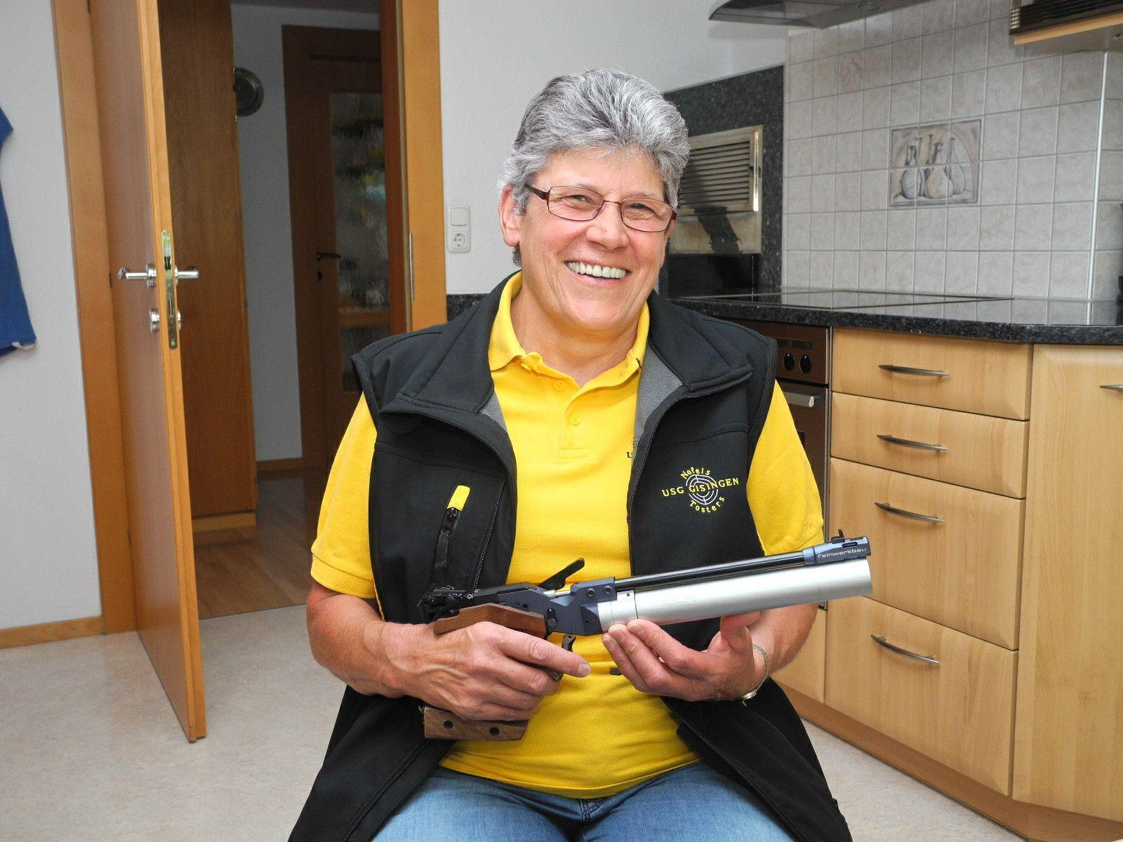 Oberschützenmeisterin Rösle Meier mit ihrer Luftdruckpistole