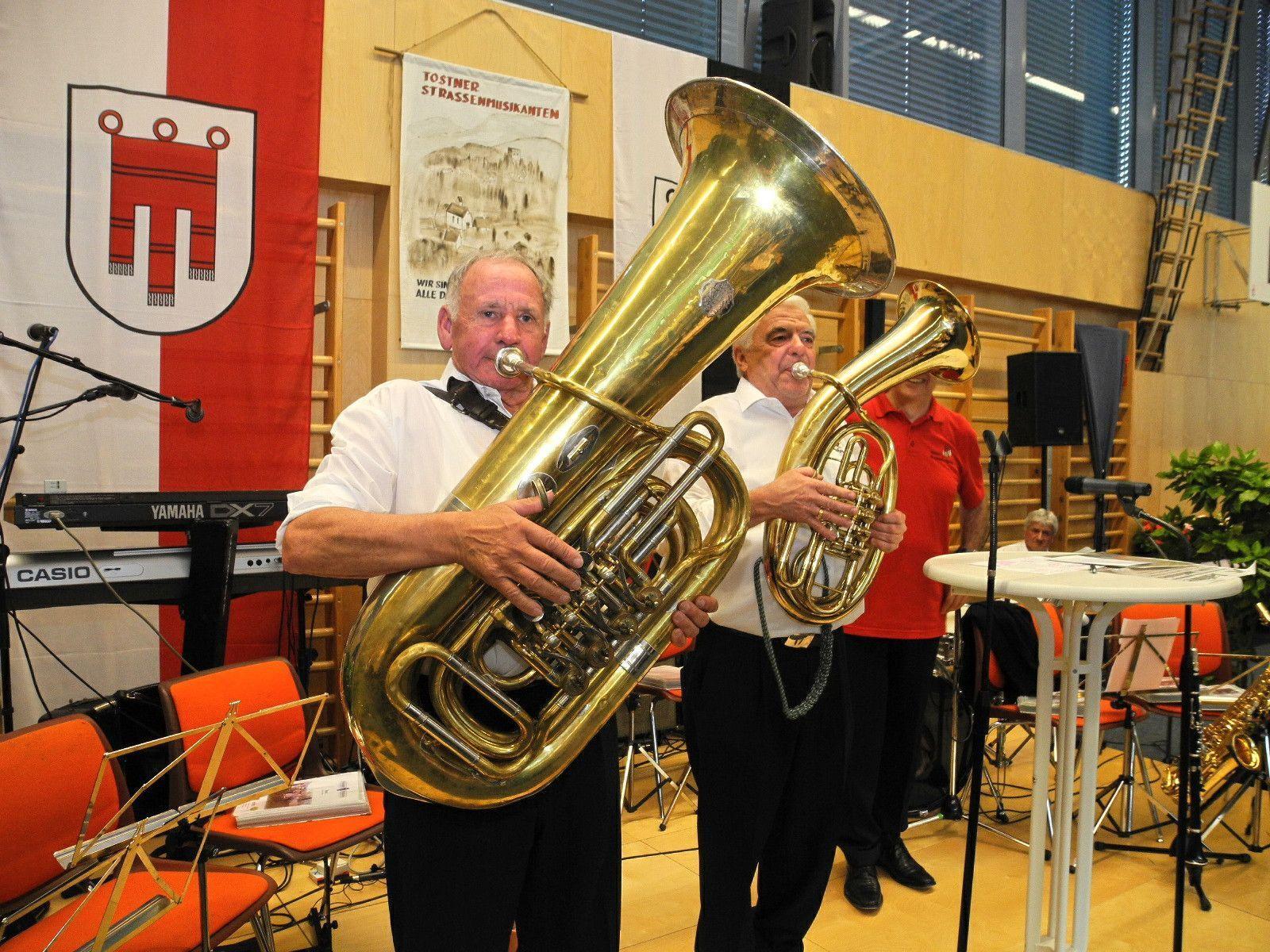(l.) Obmann Stv, Rupert Geiger am Bass und Obmann Erich Lecher am Flügelhorn sorgen für Humor und musikalische Unterhaltung