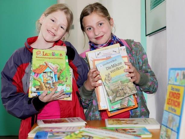 Selina und Nathalie freuen sich schon auf den Bücherbasar.