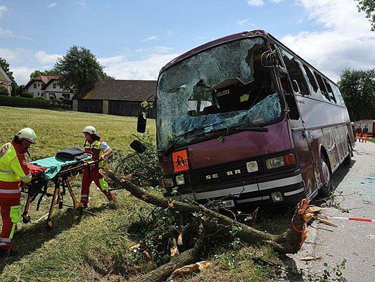 Bei dem schweren Unfall landete der Bus in St. Pölten im Graben