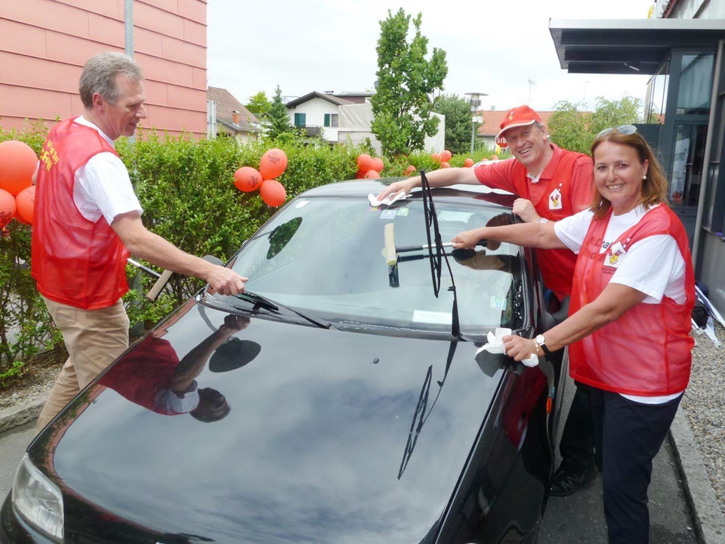 Bgm. Richrard Amann, Loek Versluis und LAbg. Monika Reis im Einsatz beim Car Wash Day 2012.