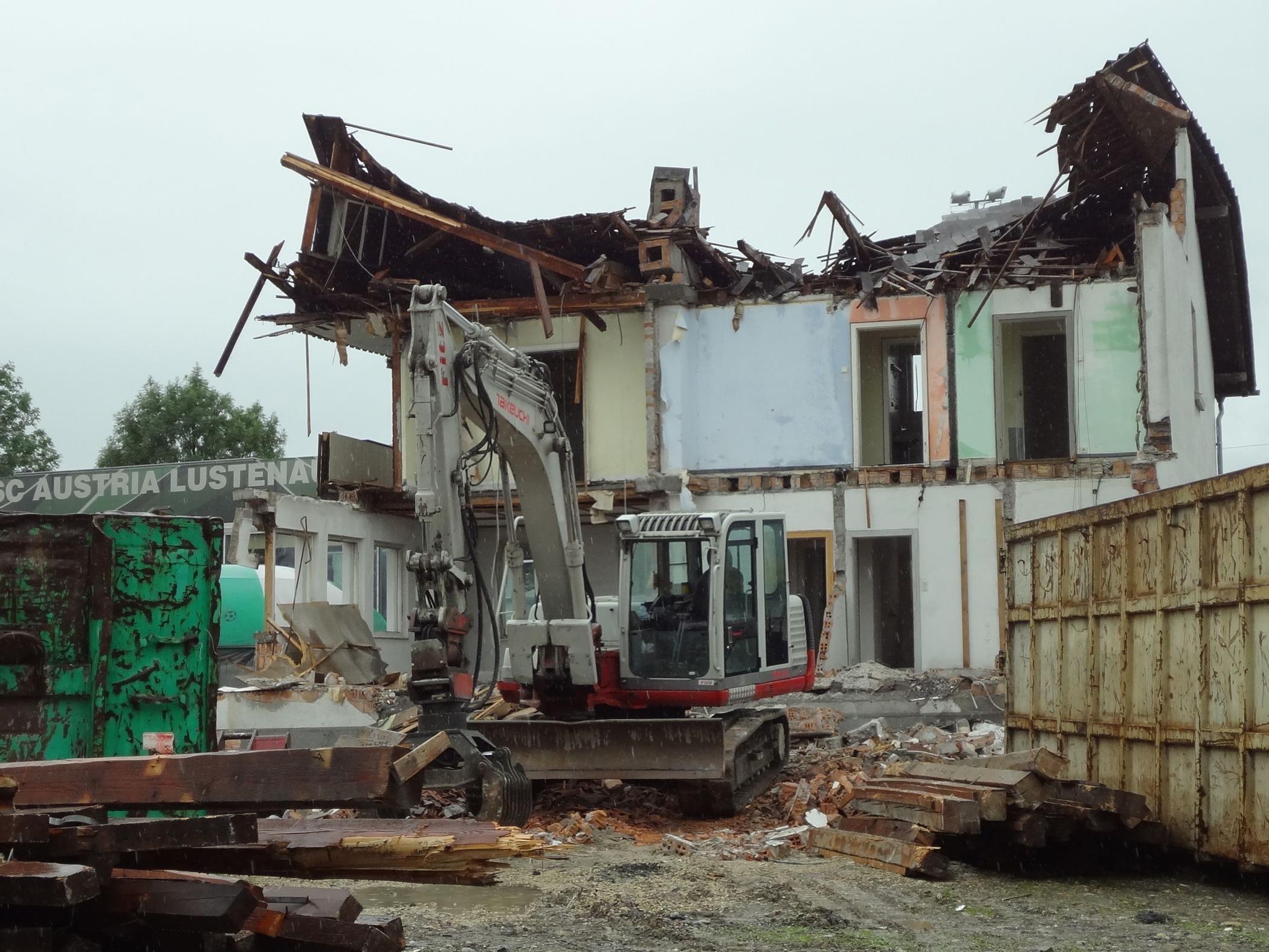 Die Firma Fitz aus Lustenau führt die Abbrucharbeiten durch.