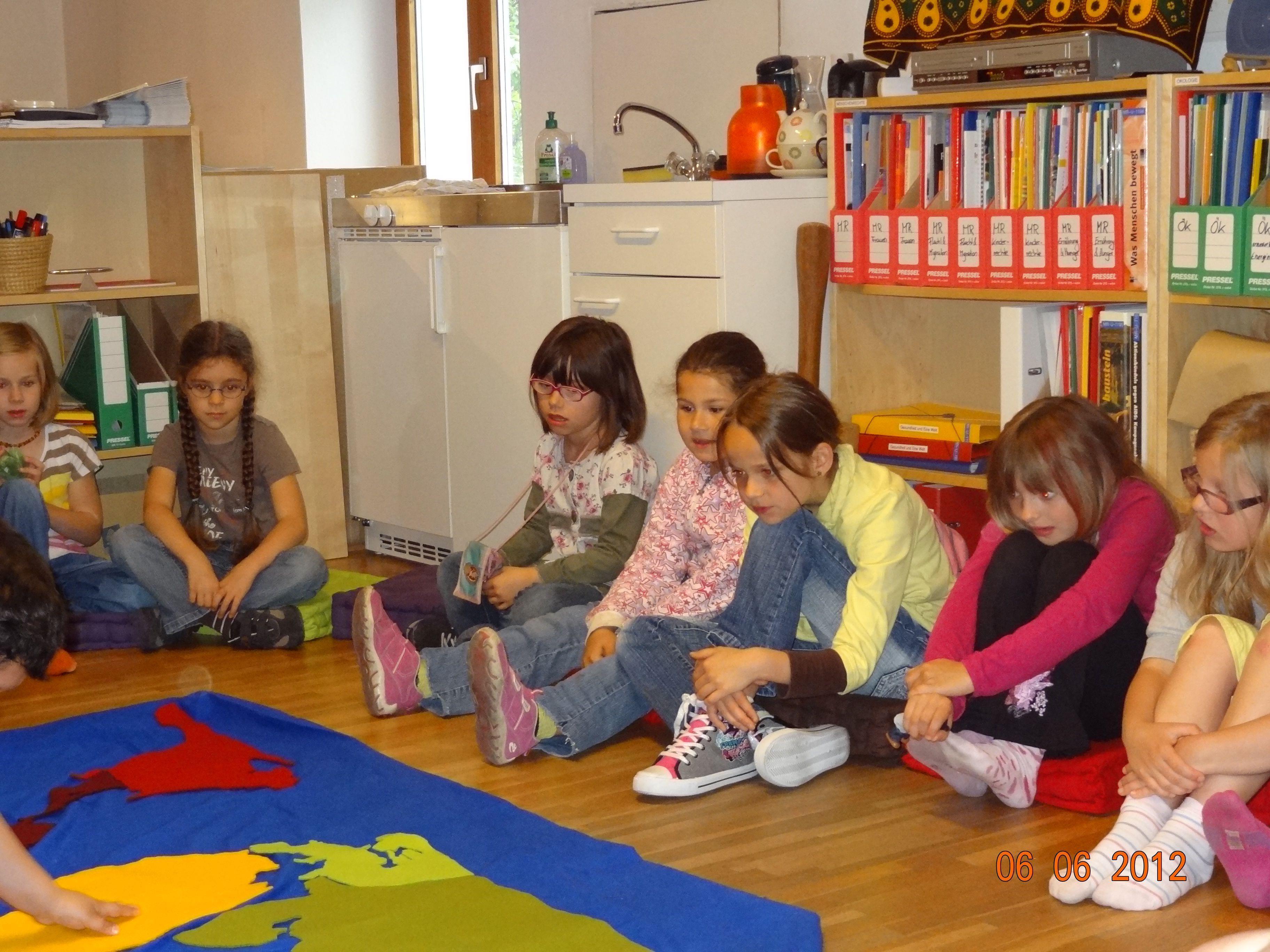 """Die Kinder der 1 b Klasse zeigten sich interessiert an der """"Rundreise durch die Welt"""""""