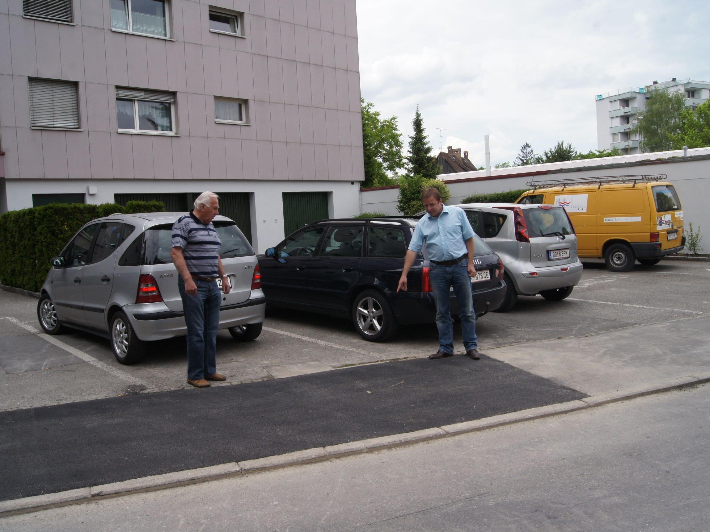 Eine schlecht platzierte Straßenlaterne auf dem Parkplatz des Hochhauses wurde nun versetzt.