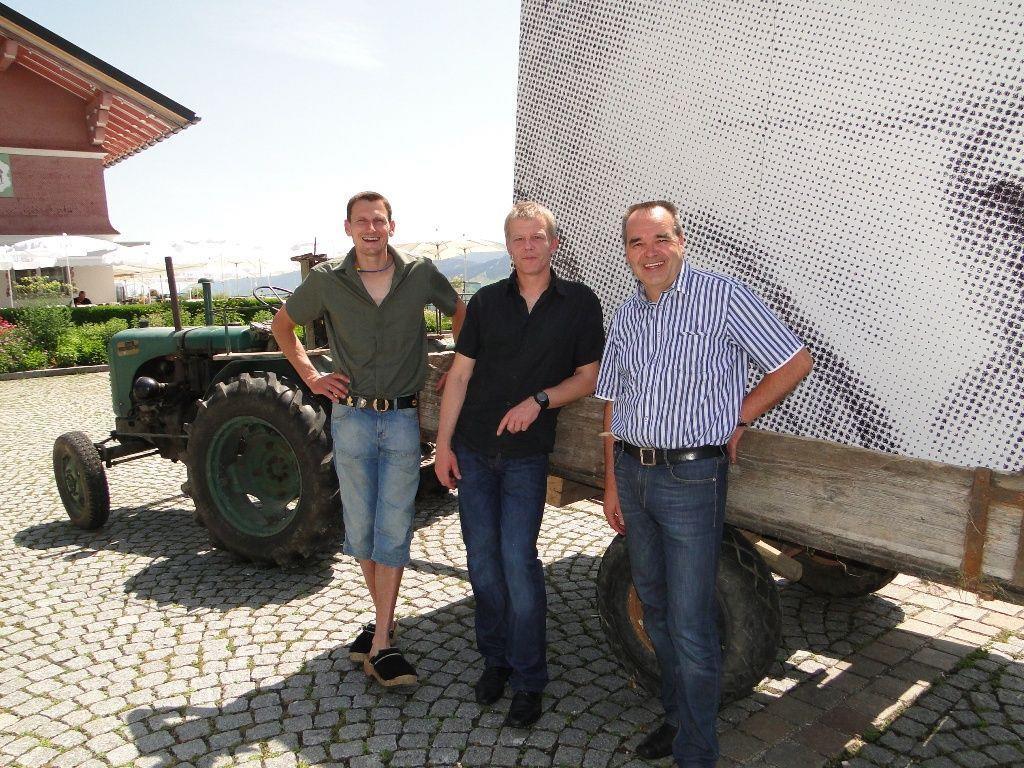 David Dorner (Fahrer), Künstler Harald Schwarz (Mitte) und Bürgermeister Helmut Blank kurz vor der Abfahrt am Sulzberger Dorfplatz