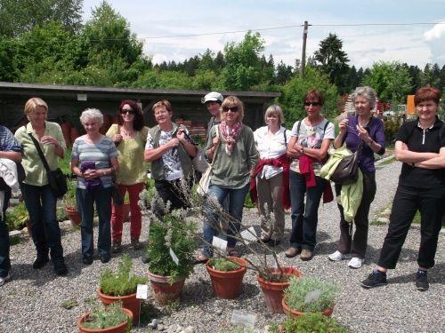 Die Frauenschaft Sulzberg vor Ort im Kräutergarten Artemisia