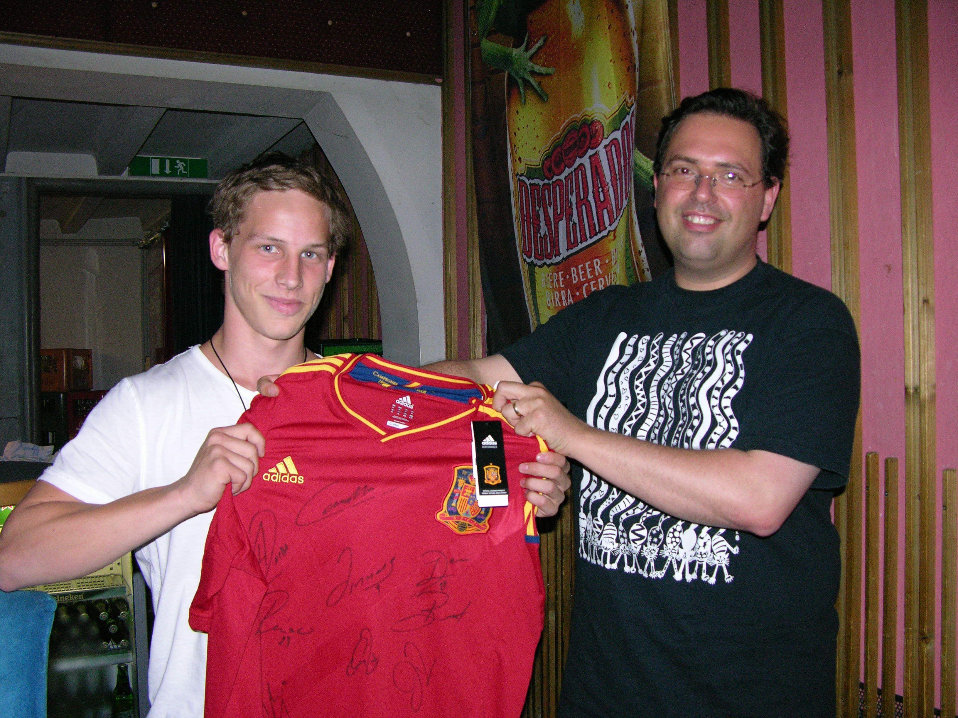 Der glückliche Gewinner mit dem signierten Dress.