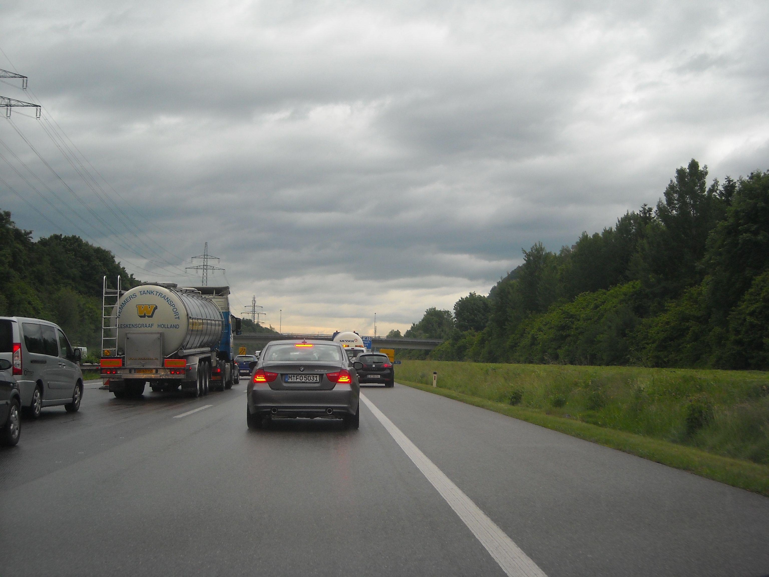 Fahrzeuge dürfen bei der Bildung einer Rettungsgasse nicht auf dem Pannestreifen fahren.