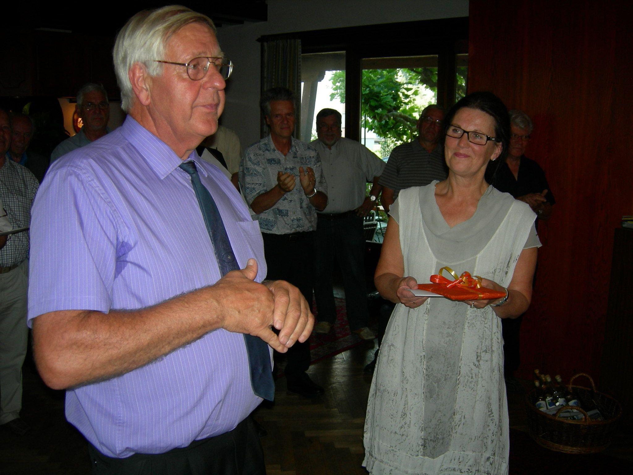 BSI Maria Kolbitsch-Rigger dankt Hubert Müller für seine 20-jährige Chorleitertätigkeit.