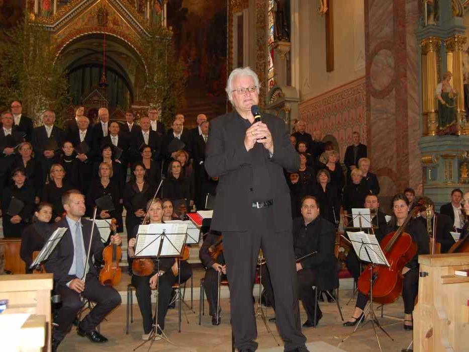 """Der Dirigent Guntram Simma führte am Anfang kurz in die """"Schwabenkindermesse"""" ein."""