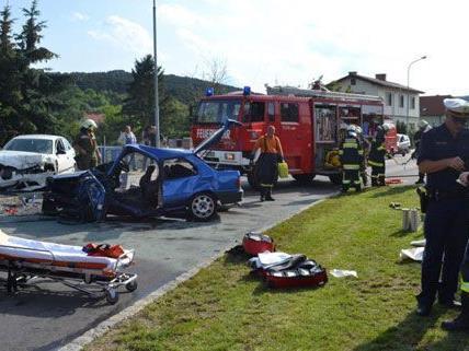Baden: Lenker ohne Führerschein baut folgenschweren Verkehrsunfall in Enzesfeld Lindabrunn