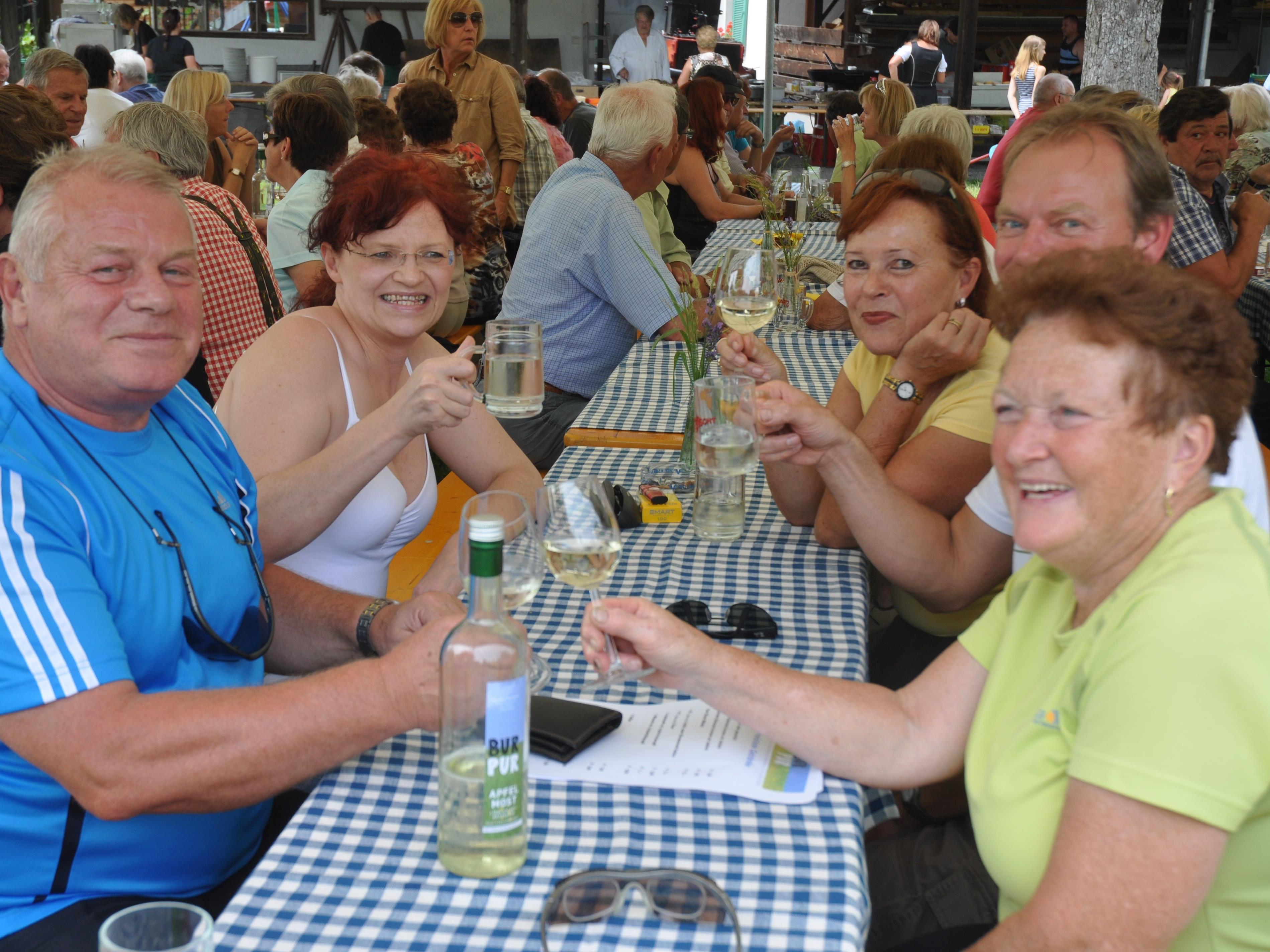 Kulinarische Köstlichkeiten und eine tolle Stimmung beim Bündtfest in Röthis.
