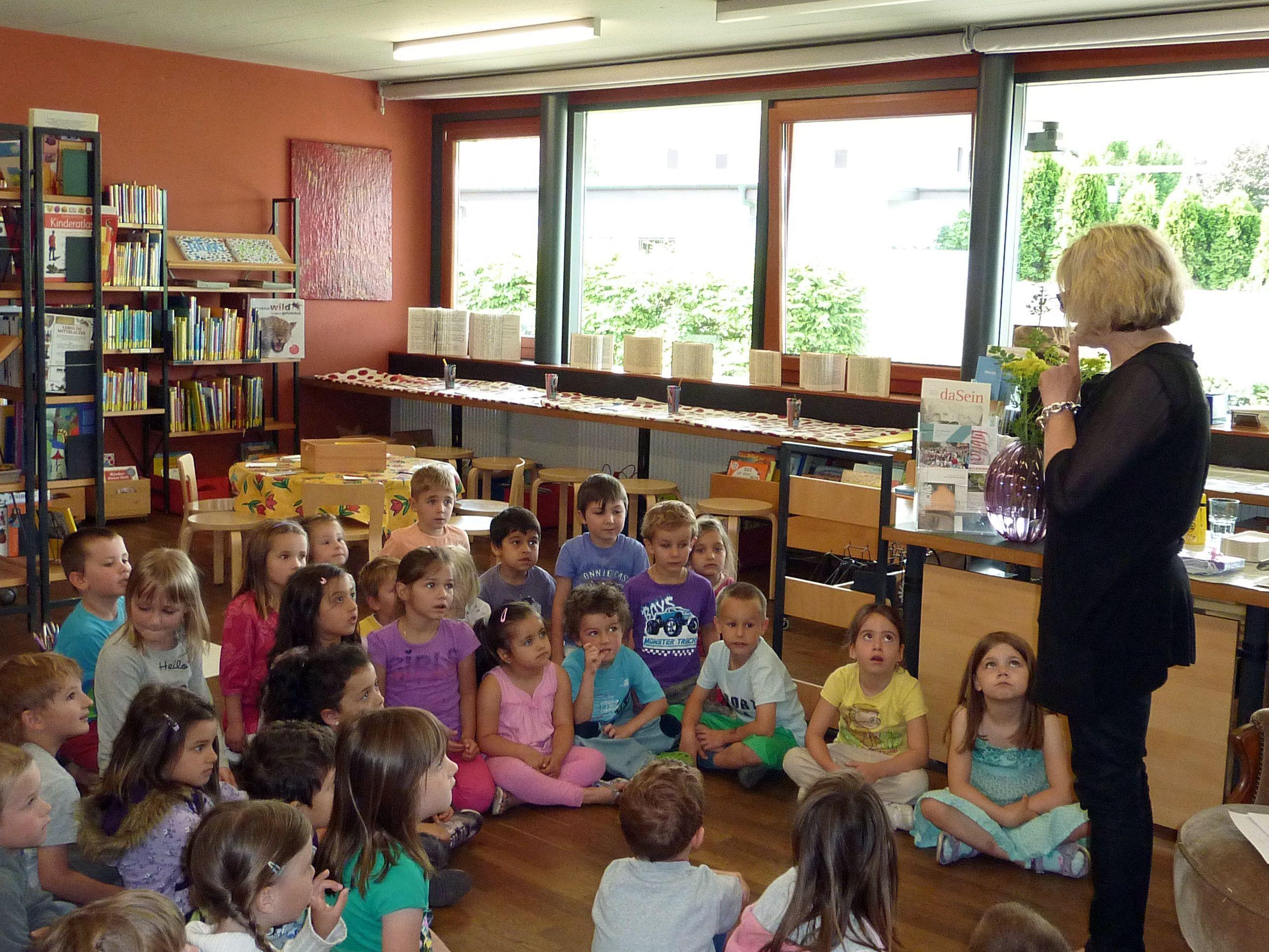 Gespannt hörten die Kinder den Geschichten von Dr. Angelika Ibele.