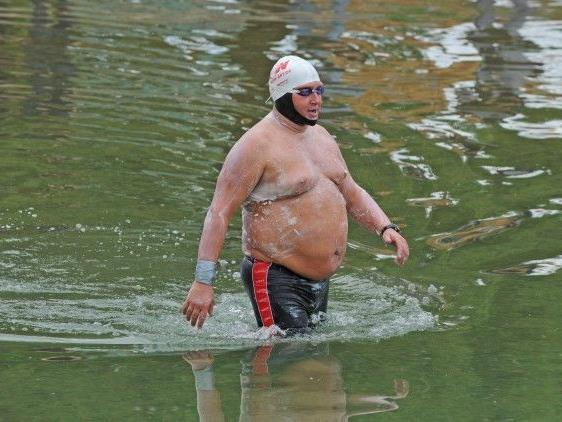 Der Extremschwimmer beim ersten Versuch