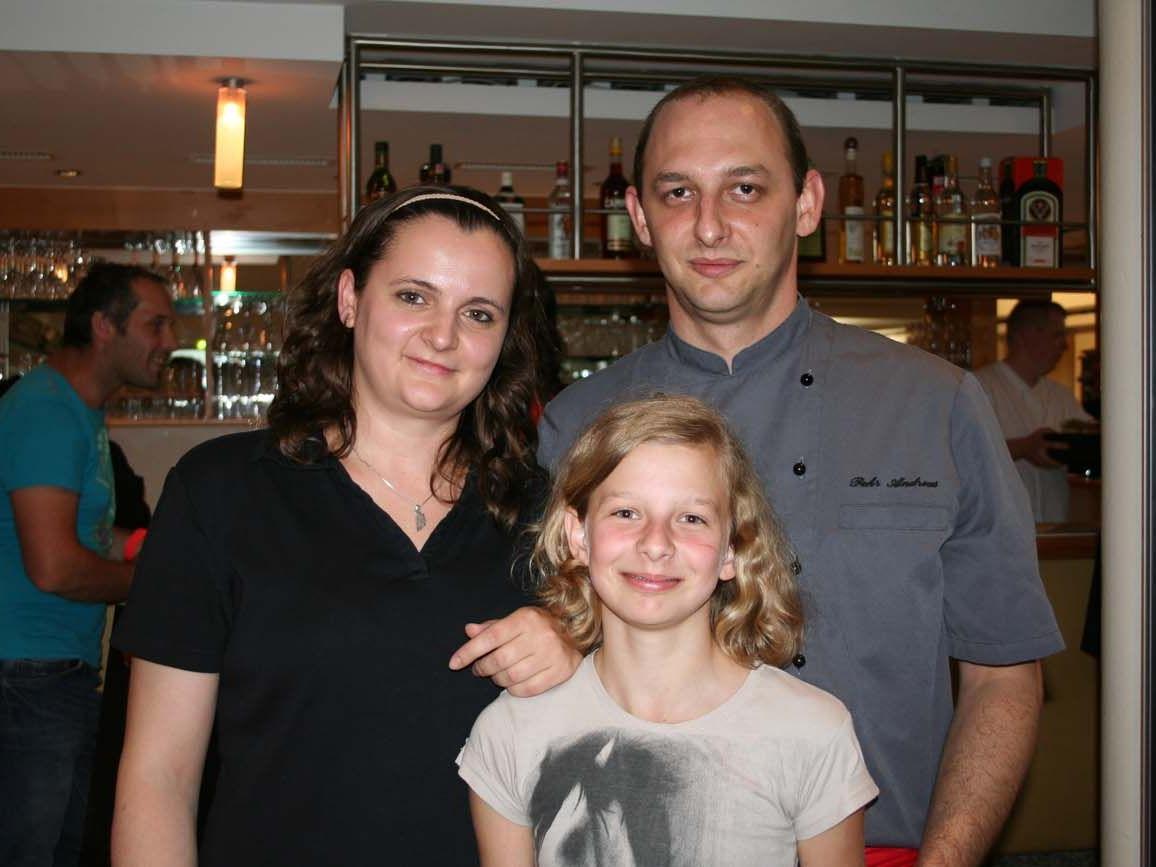 Neo-Dorfcafé-Wirte Andreas Pehr und Ulrike Schuster mit Töchterchen.
