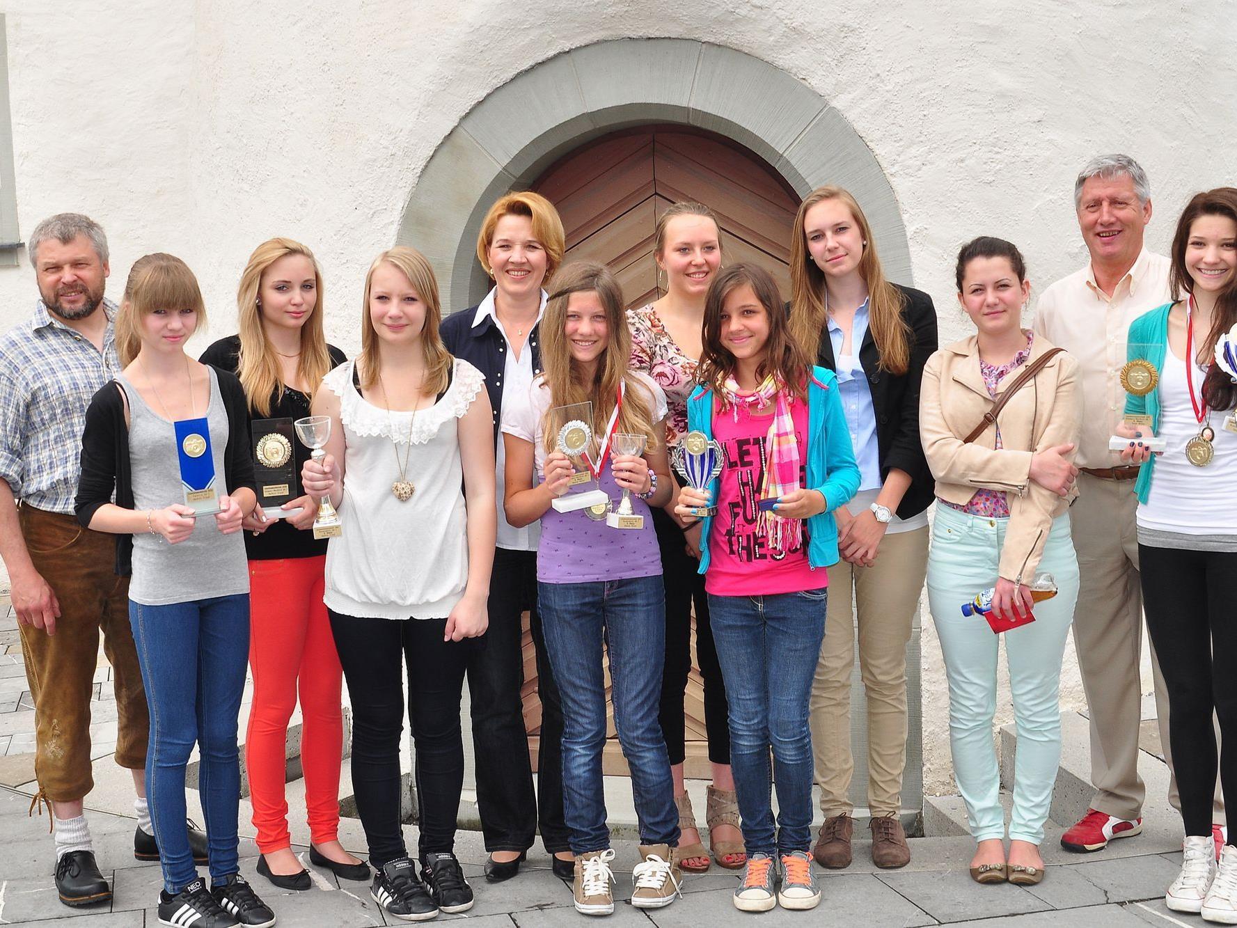 Landesrätin Andrea Kaufmann gratuliert dem Fotoclub ESV Feldkirch zum Gewinn der Teamwertung.