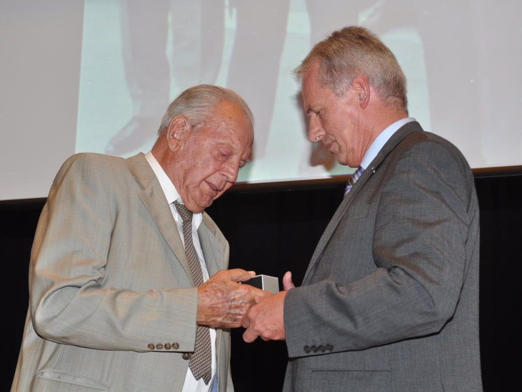 Ein bewegender Moment: Bgm. Gottfried Brändle überreicht die Ehrenringe an Kommerzialrat Siegfried Jochum.