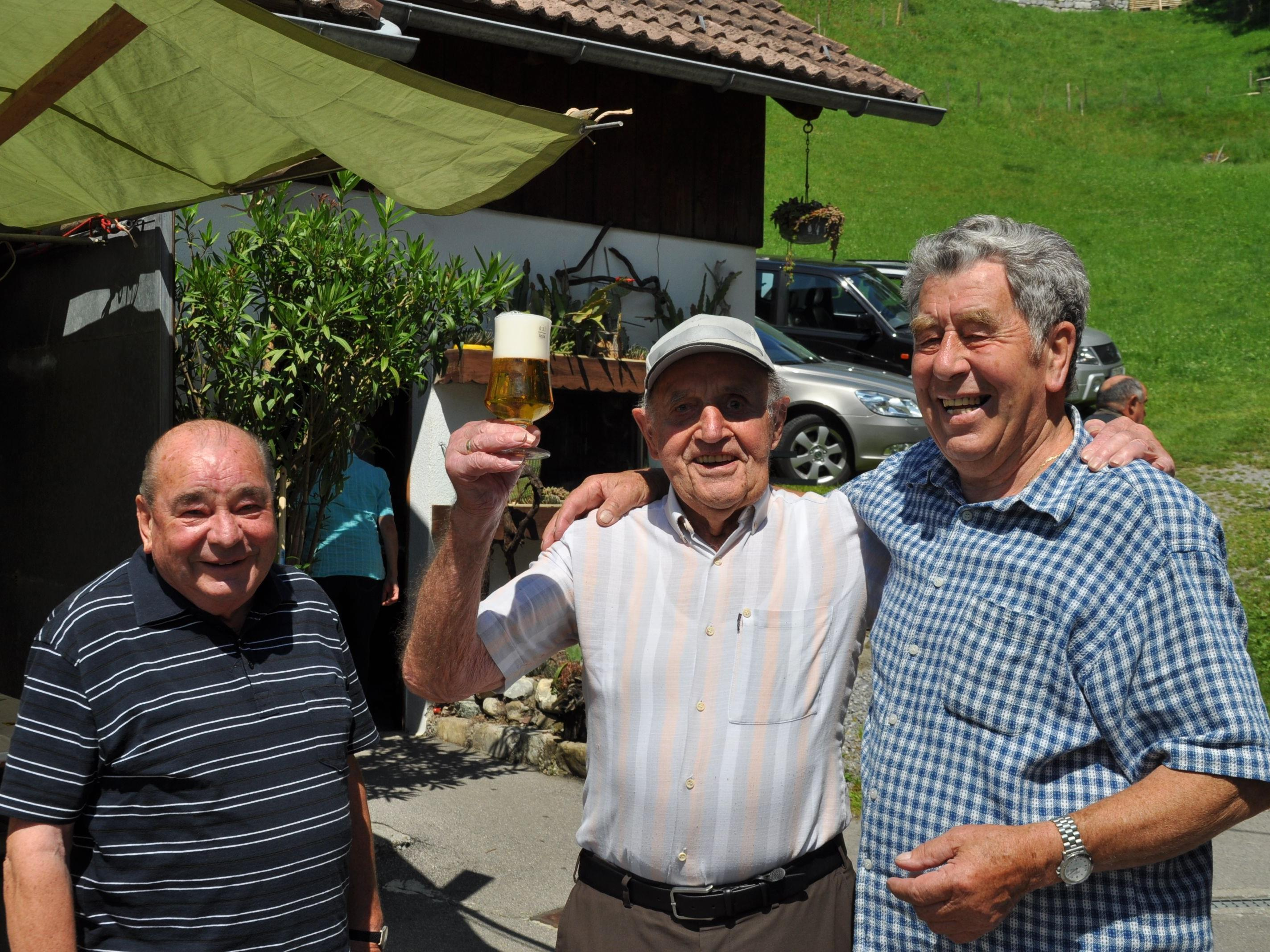 Ein Hoch dem Seniorenbung Ludesch, v.l. Kurt, Luis und Gastgeber Othmar.