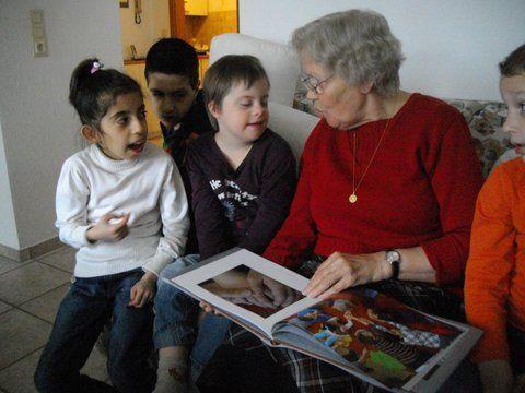 Kinder der FÖ2 mit Frau Amann und dem Buch