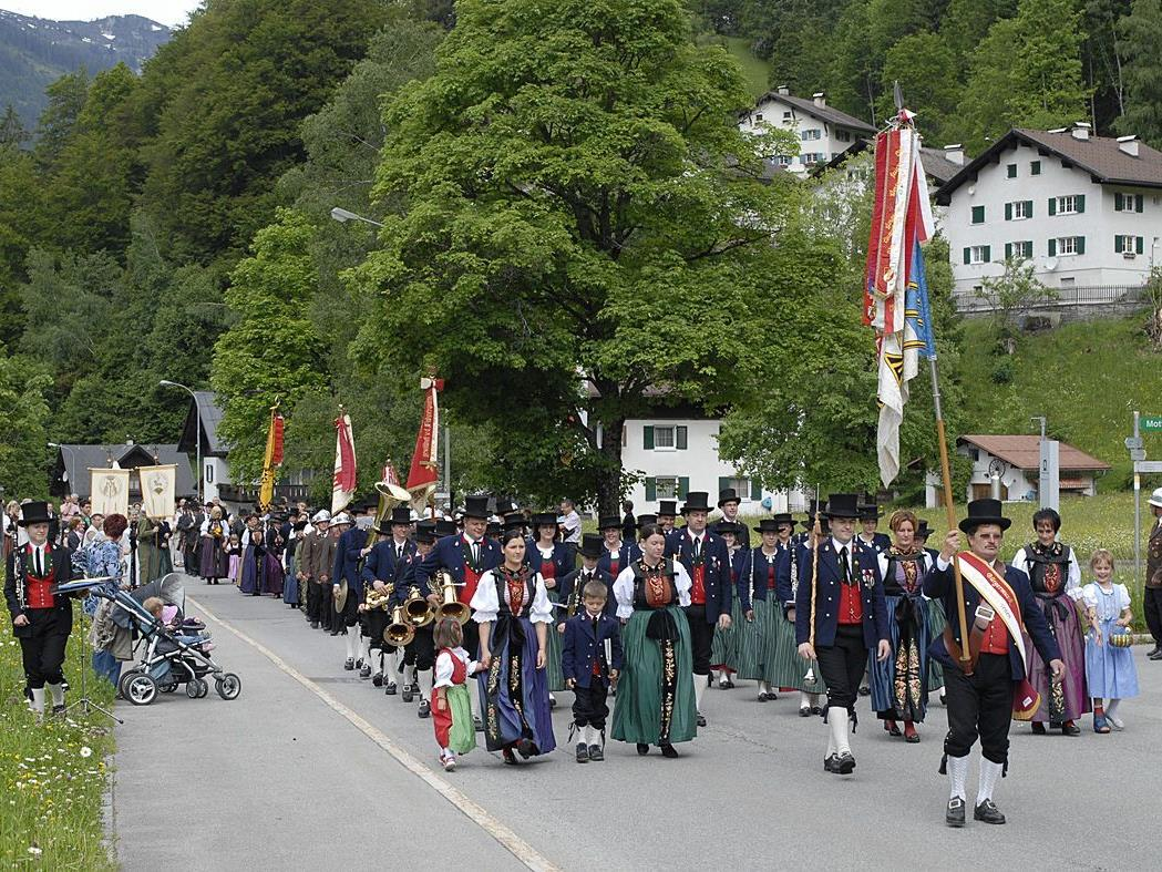 Die Fronleichnamsprozession in Partenen führte von der Kaverne I zum Bischof Rudigier-Platz.