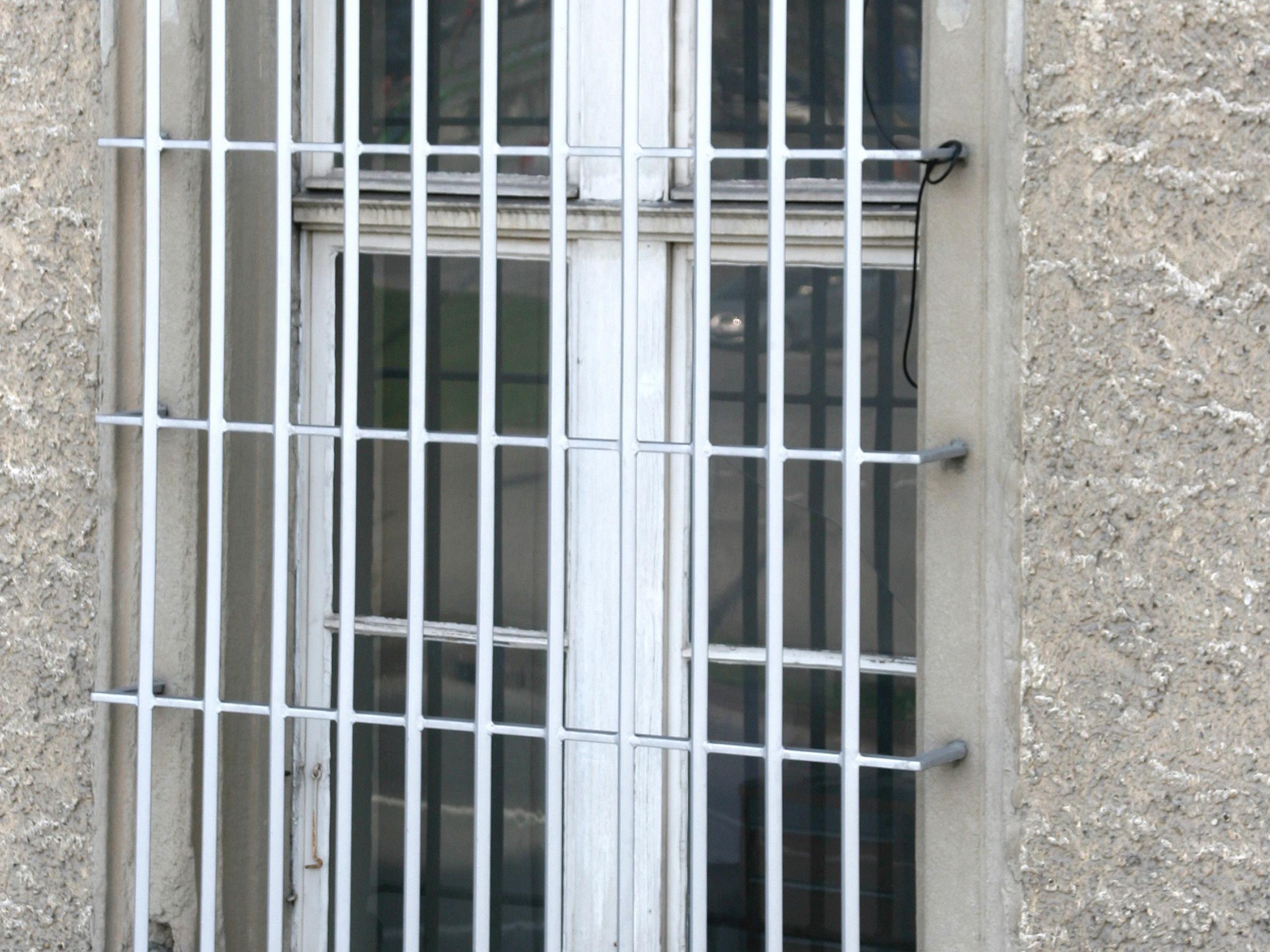 Die Polizei nahm zwei Verdächtige fest und befreite drei Opfer.