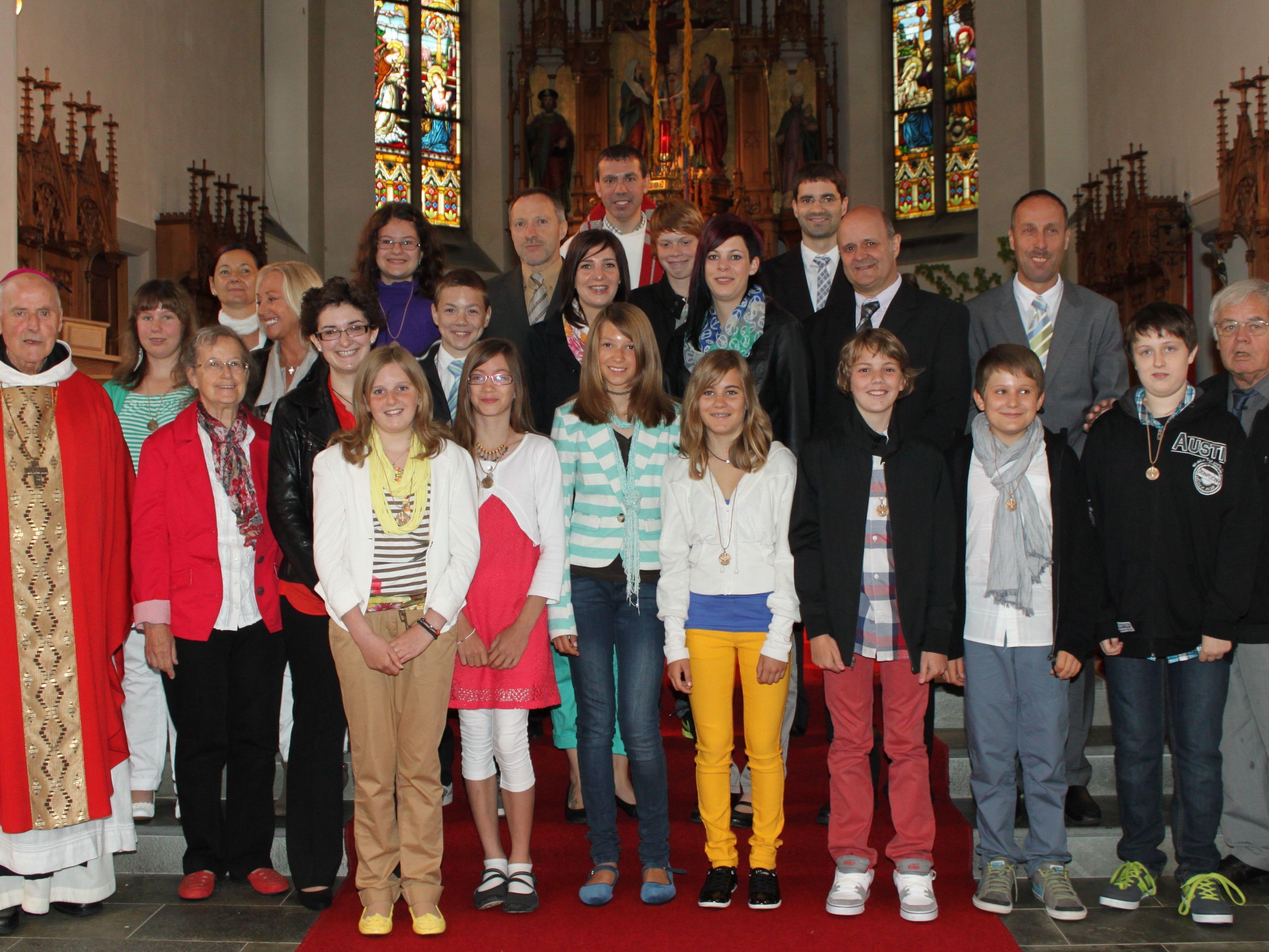 Die 11 Firmlinge mit ihren Paten, Firmspender Abt em. Pater Dr. Kassian Lauterer und Pfarrer (Fraxern und Klaus) Mag. Walter Metzler.