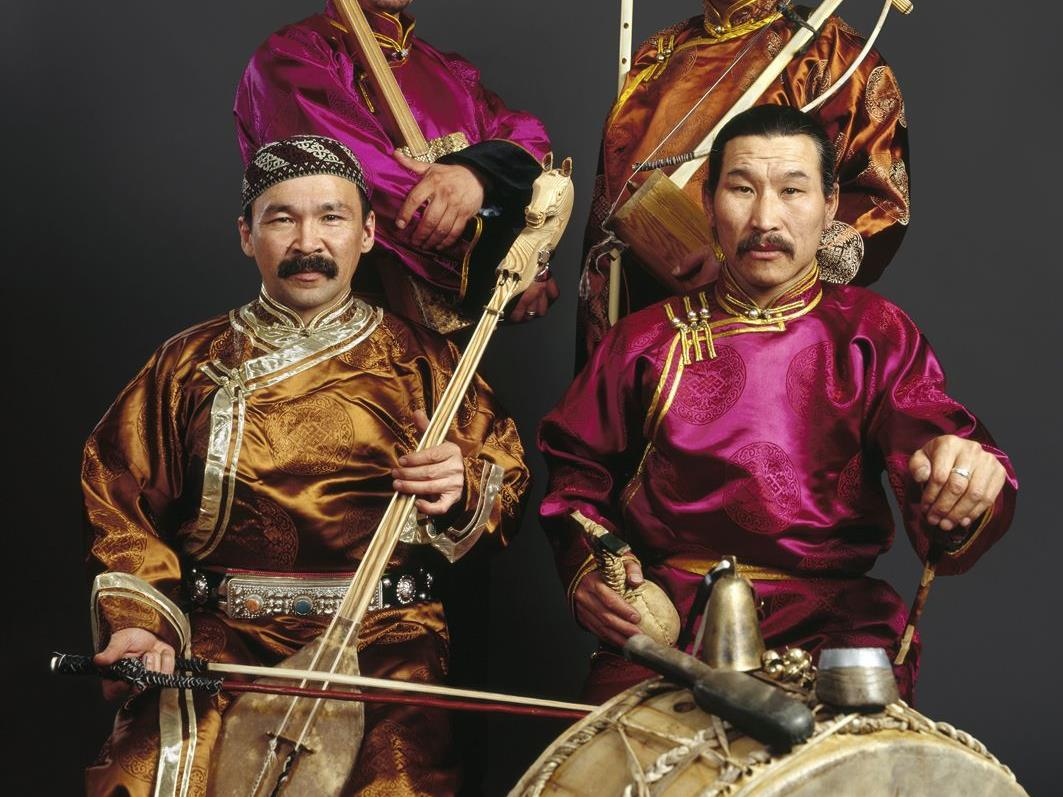 Konzert Huun Huur Tu & Volksmusikanten beim Kirchplatz Schruns mit freiem Eintritt!