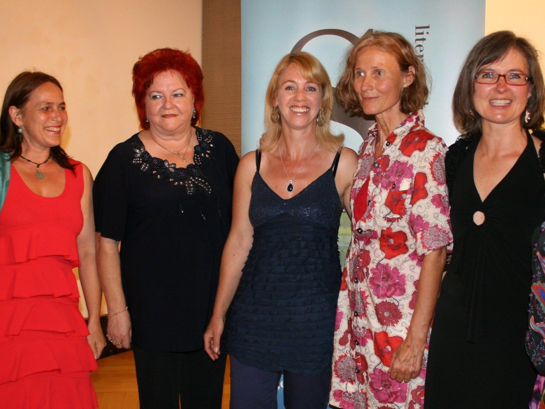 Projektleiterin Brigitte Riedmann mit den Autorinnen Judith Konzett, Mary Rieger, Waltraud Travaglini-Konzett, Karin Tarabochia, Irene Nägele-Schwaiger und Martha Domig-Werner (v.l.).