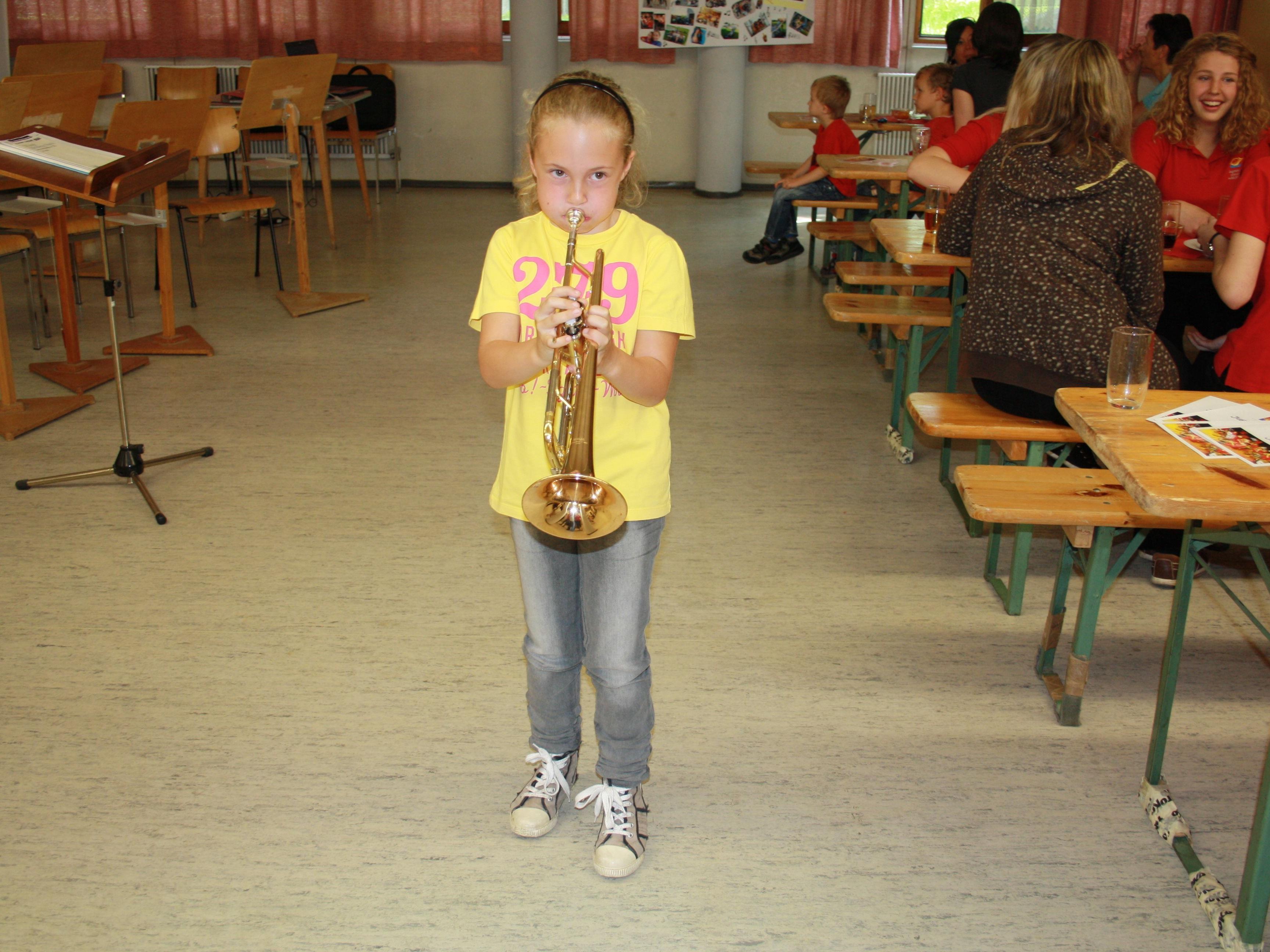 Beim Tag der offenen Tür der Stadtkapelle Haselstauden probierten Kinder die Instrumente aus.