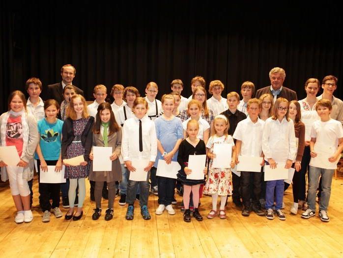37 Schüler und Schülerinnen erhielten ihre Zeugnisse von Bgm. Mandi Katzenmayer.