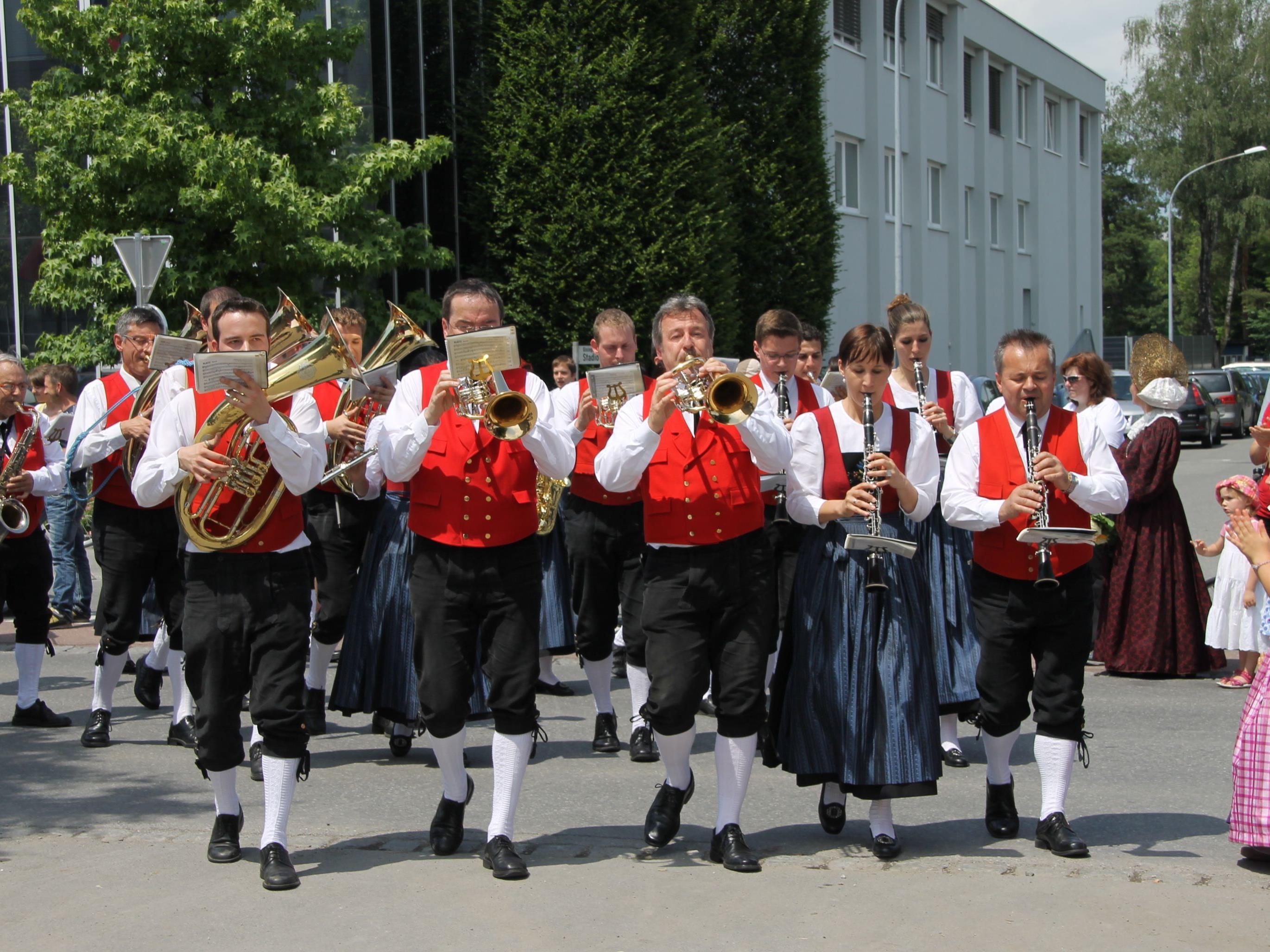 Festumzug der Musikvereine und Nofler Vereine