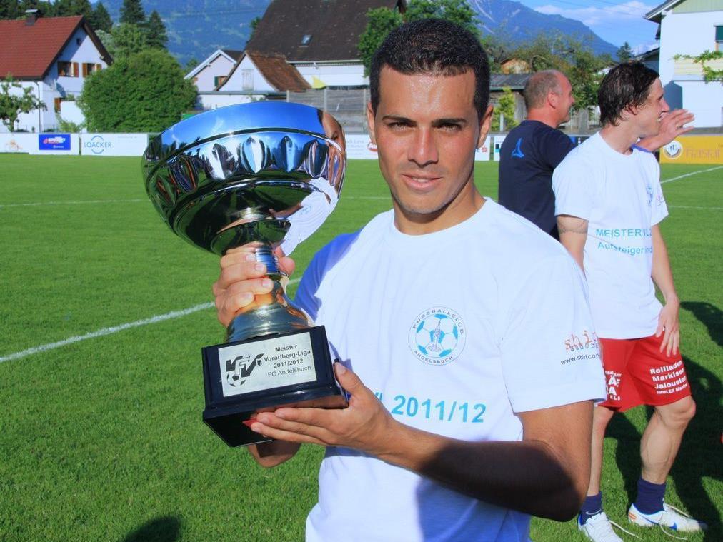 Leigonär Uverton da Silva hält den Meisterpokal.
