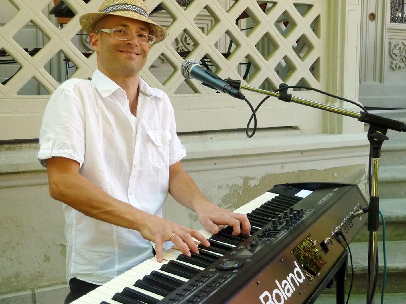 Den Anfang der Sommernachtsjazz-Konzertreihe macht der Pianist und Sänger Christof Waibel.