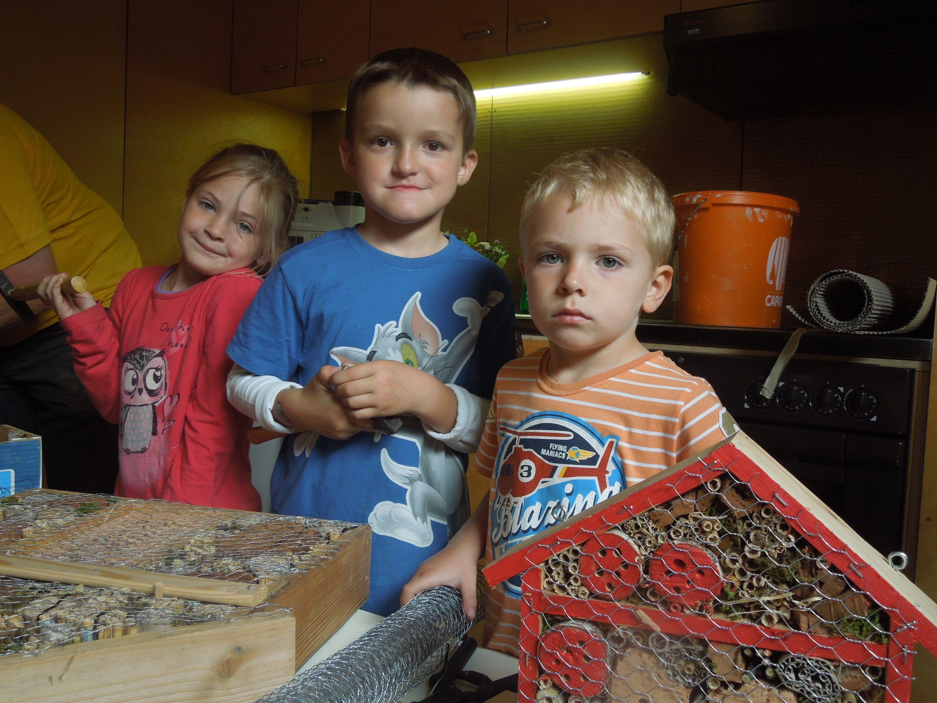 So sehen fleißige Handwerker aus - Laura, Sebastian und Dominik bastelten in ihrem Kindergarten ein Insektenhotel.