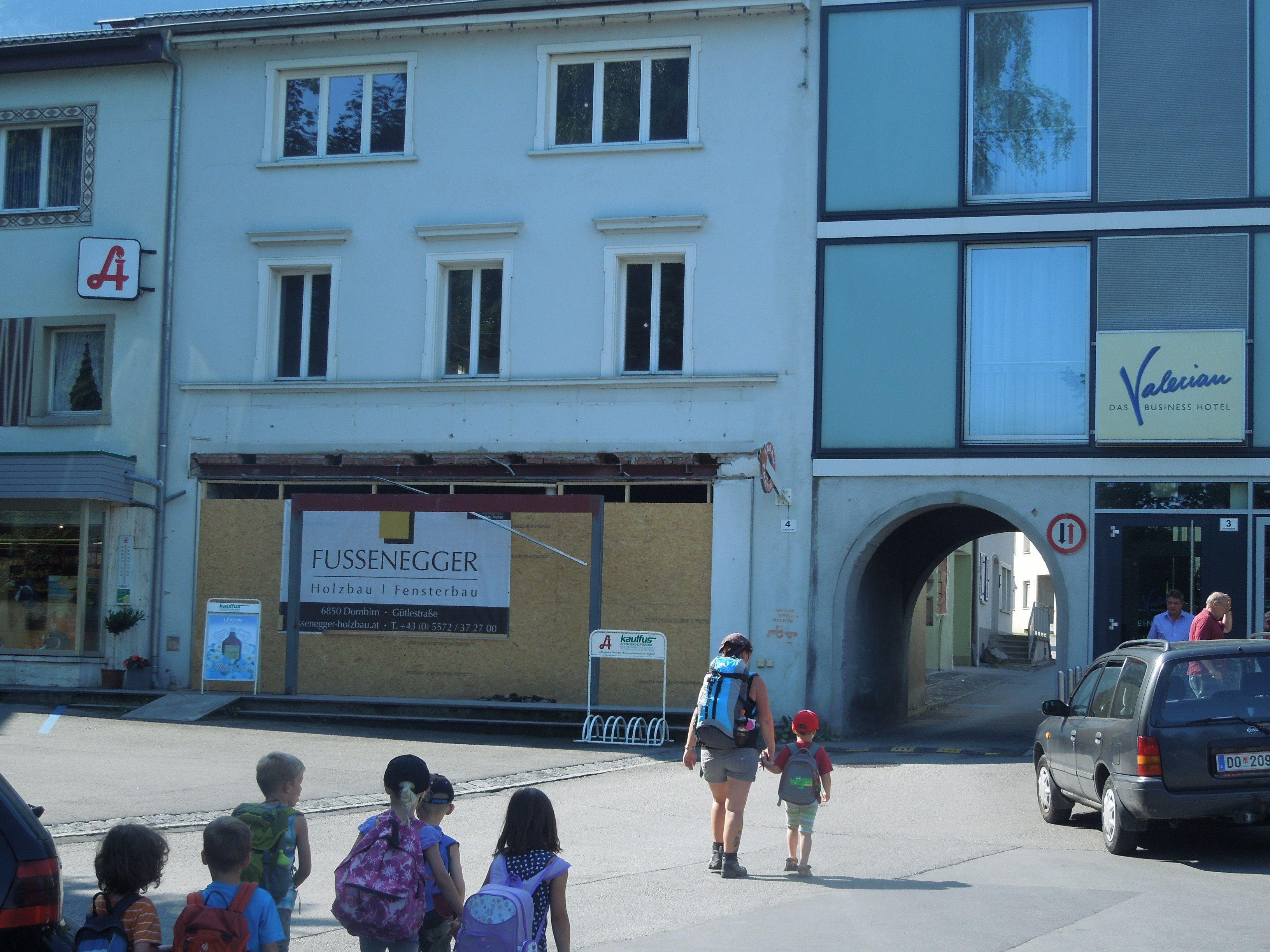 Am Schloßplatz 3 wird gerade renoviert. Der obere Teil bleibt ein Wohnaus, im unteren entsteht ein kleines Geschäftslokal.