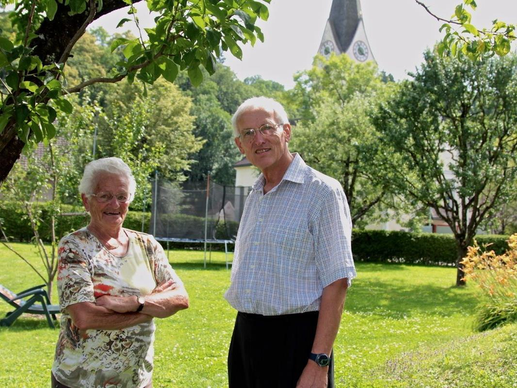 Rudi Siegl wurde in Nofels gut aufgenommen und konnte es mit Jung und Alt. Im Bild mit Nachbarin Laura Bertschler.