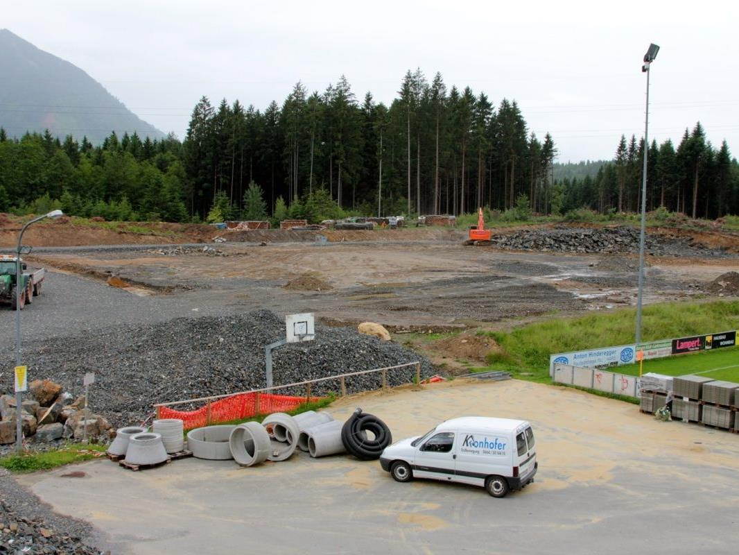Zur Zeit ist der weiterte Aufbau des Sportplatzgeländes in Arbeit,  dabei erfolgt alle  5-6 Meter der Einbau der Drainage