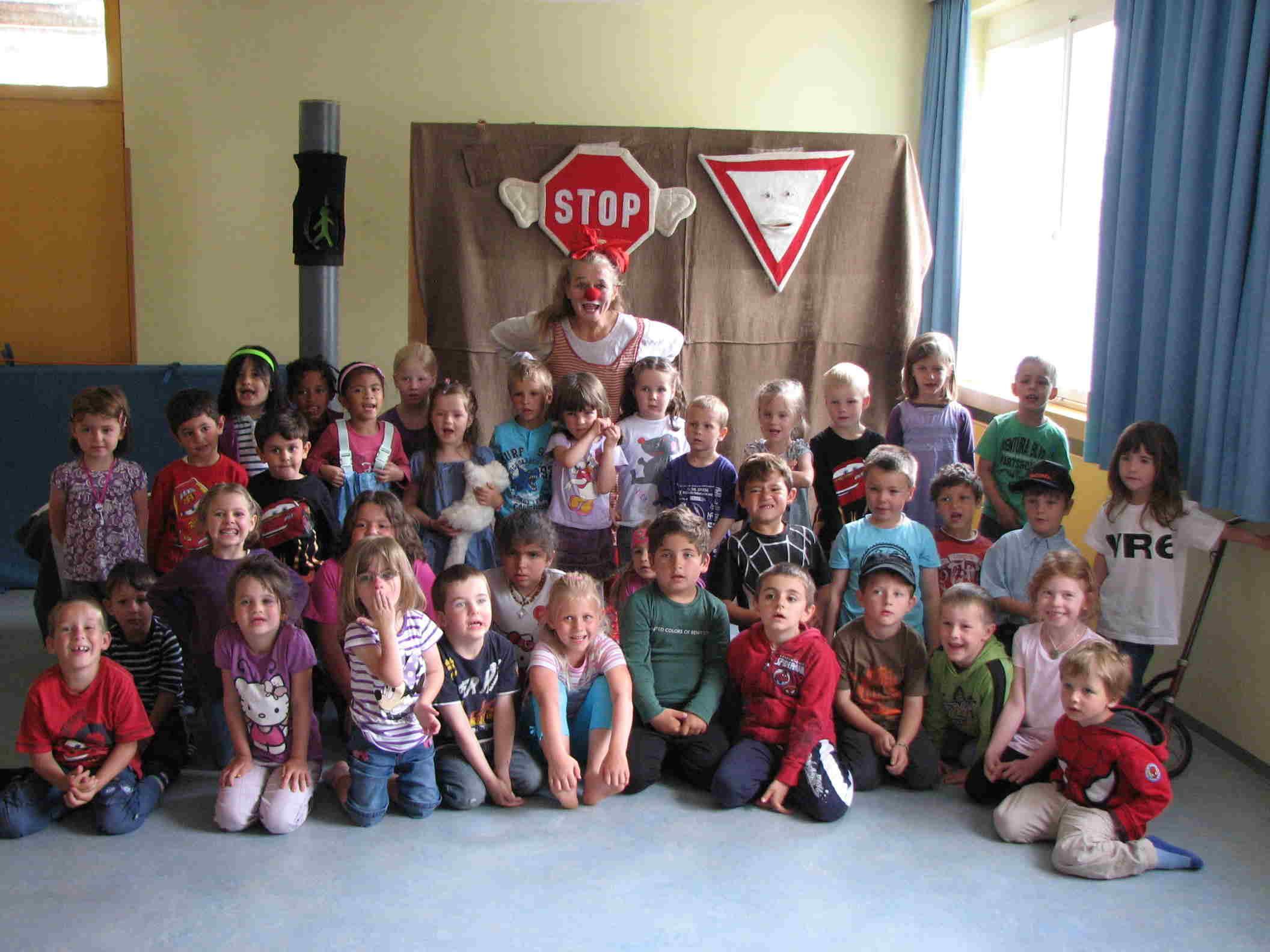 Was die alles falsch macht … - die Kindergartenkinder zeigten Clownfrau Blombine, wie man sich im Verkehr verhält.