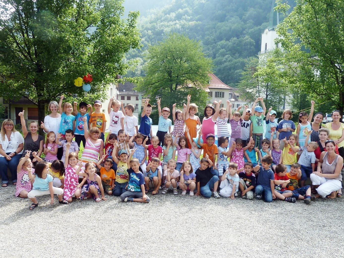 Die Kindergärtler aus dem Herrenreid mit ihren Betreuerinnen und den Bücherei-Leiterinnen.