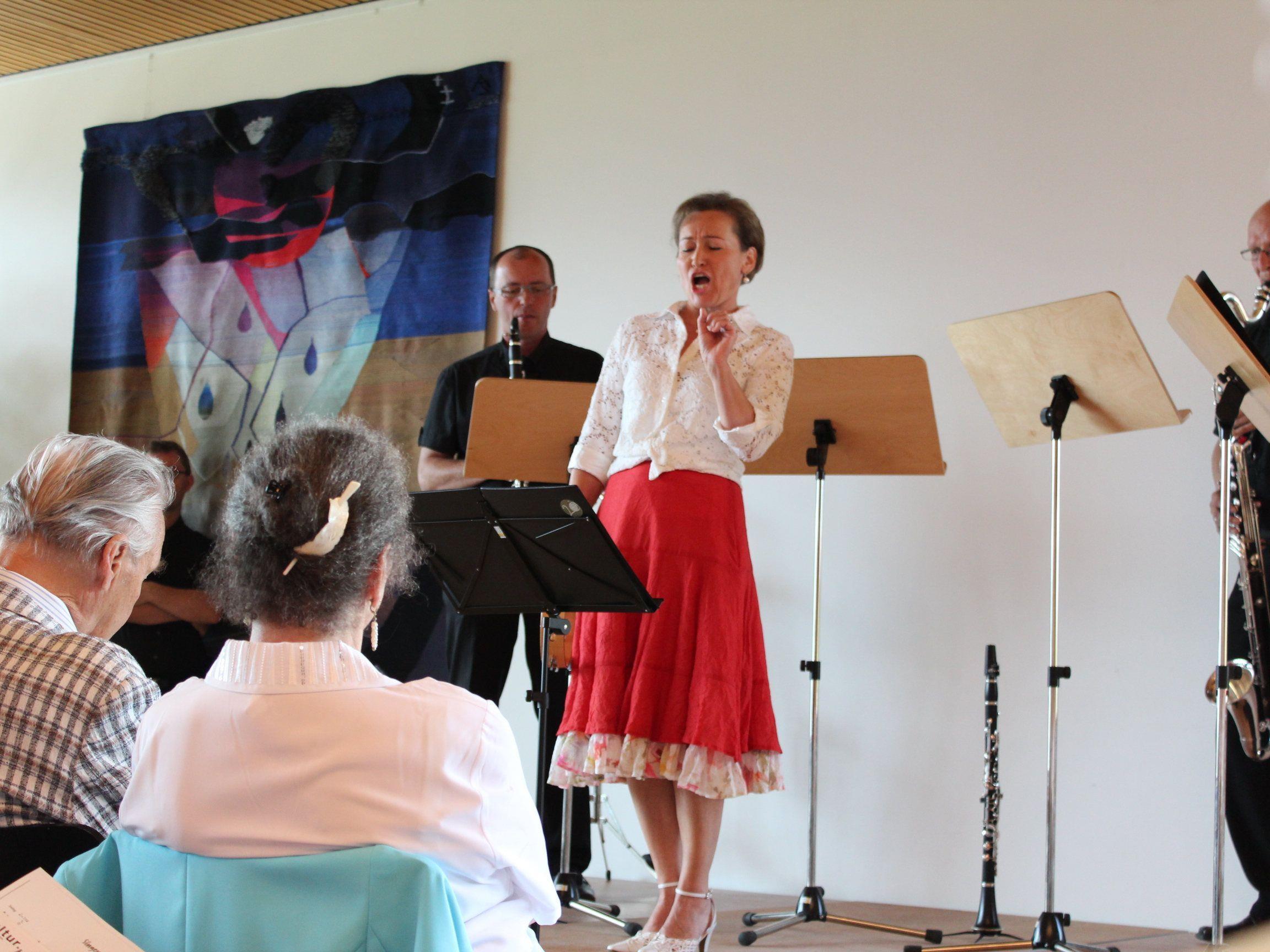"""Birgit Plankel und das Klarinettenquartett """"Scorzonera"""" in Bildstein."""