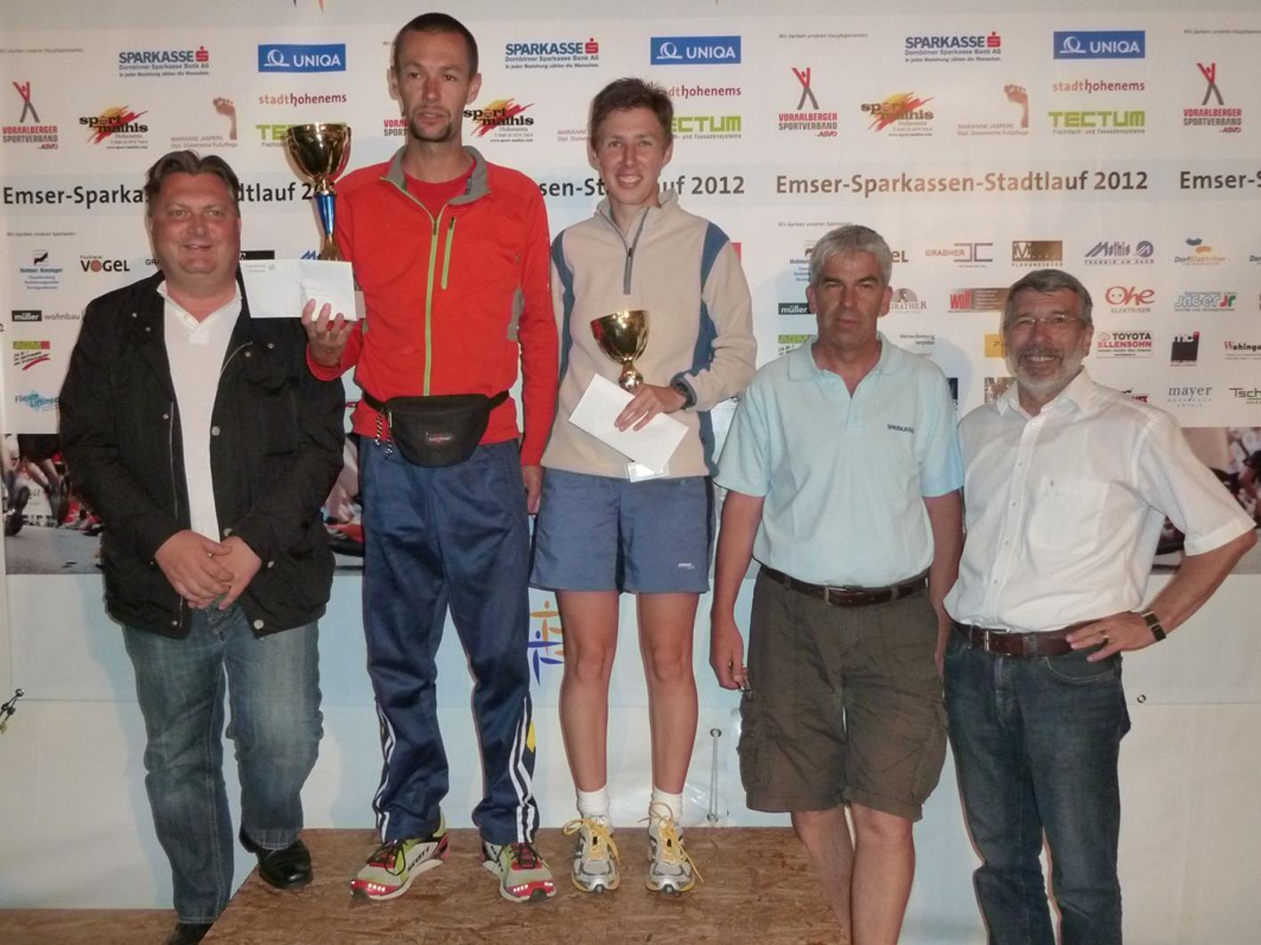 Die Sieger mit StR. Friedl Dold (l.), TS-Obmann Gerhard Hafner und Sportreferent Josef Felder (r.)