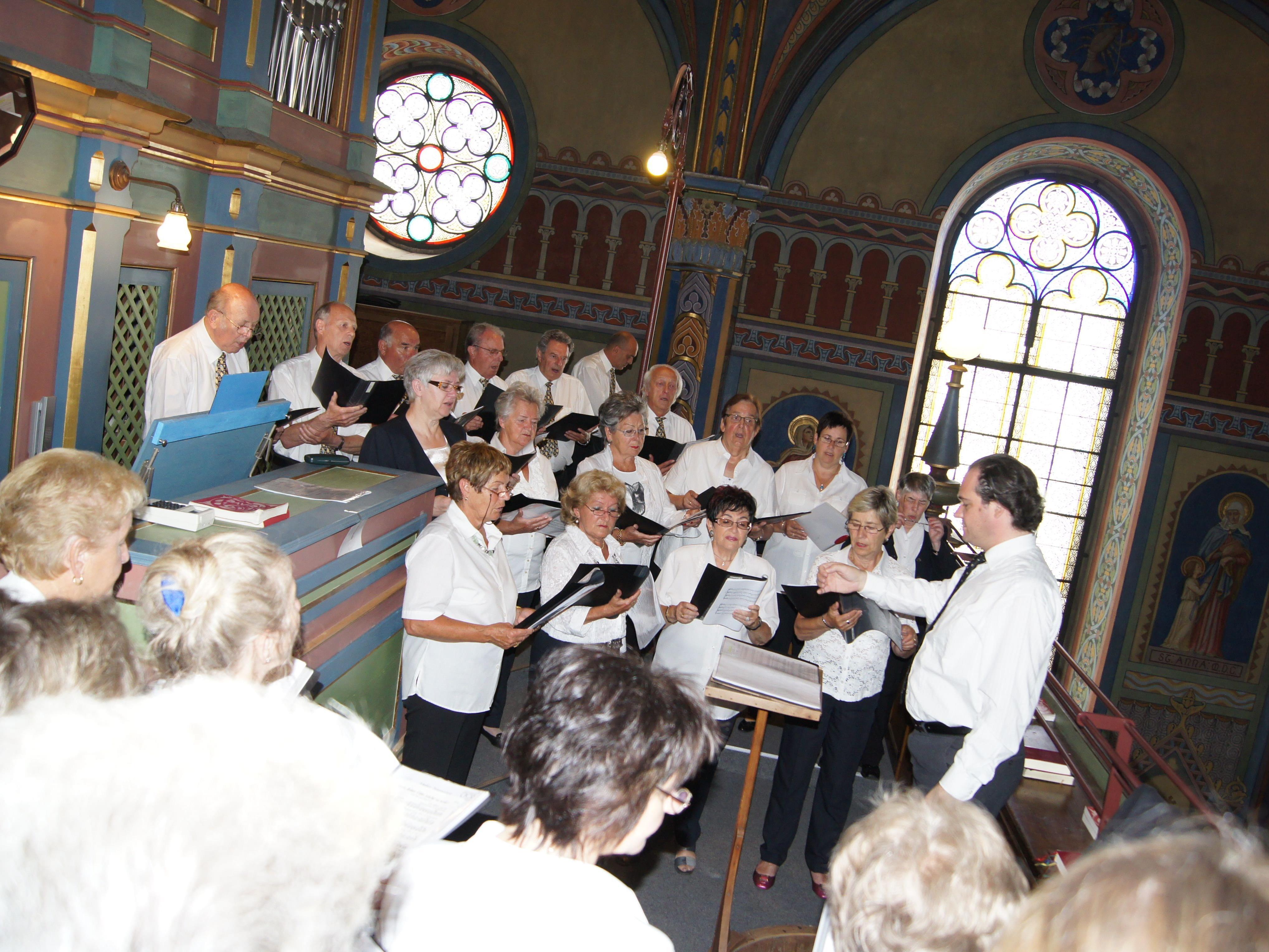 Auf der Empore der Pfarrkirche sang der Liederhort Hatlerdorf bei der Jubiläumsmesse.