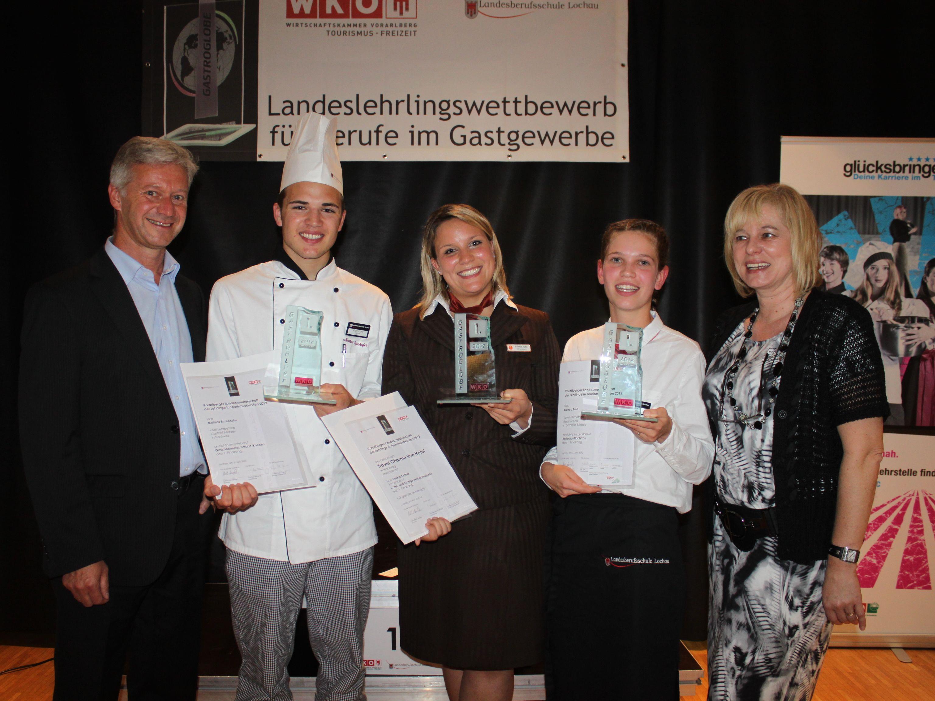 Die Sieger der 12. Vorarlberger Landesmeisterschaft für Lehrlinge in Tourismusberufen Mathias Enzenhofer, Saskia Ketzler und Bianca Bröll mit Direktorin Andrea Mc Gowan (LBS Lochau) und Andrew Nussbaumer (WK Fachgruppe Gastronomie).