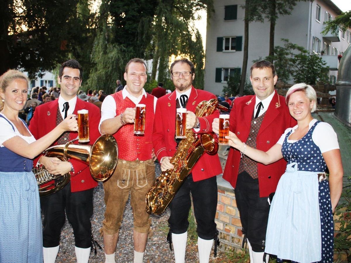 Der Musikverein Lochau und Gastwirt Philipp Rainer laden zum Dämmerschoppen. (Foto: BMS)