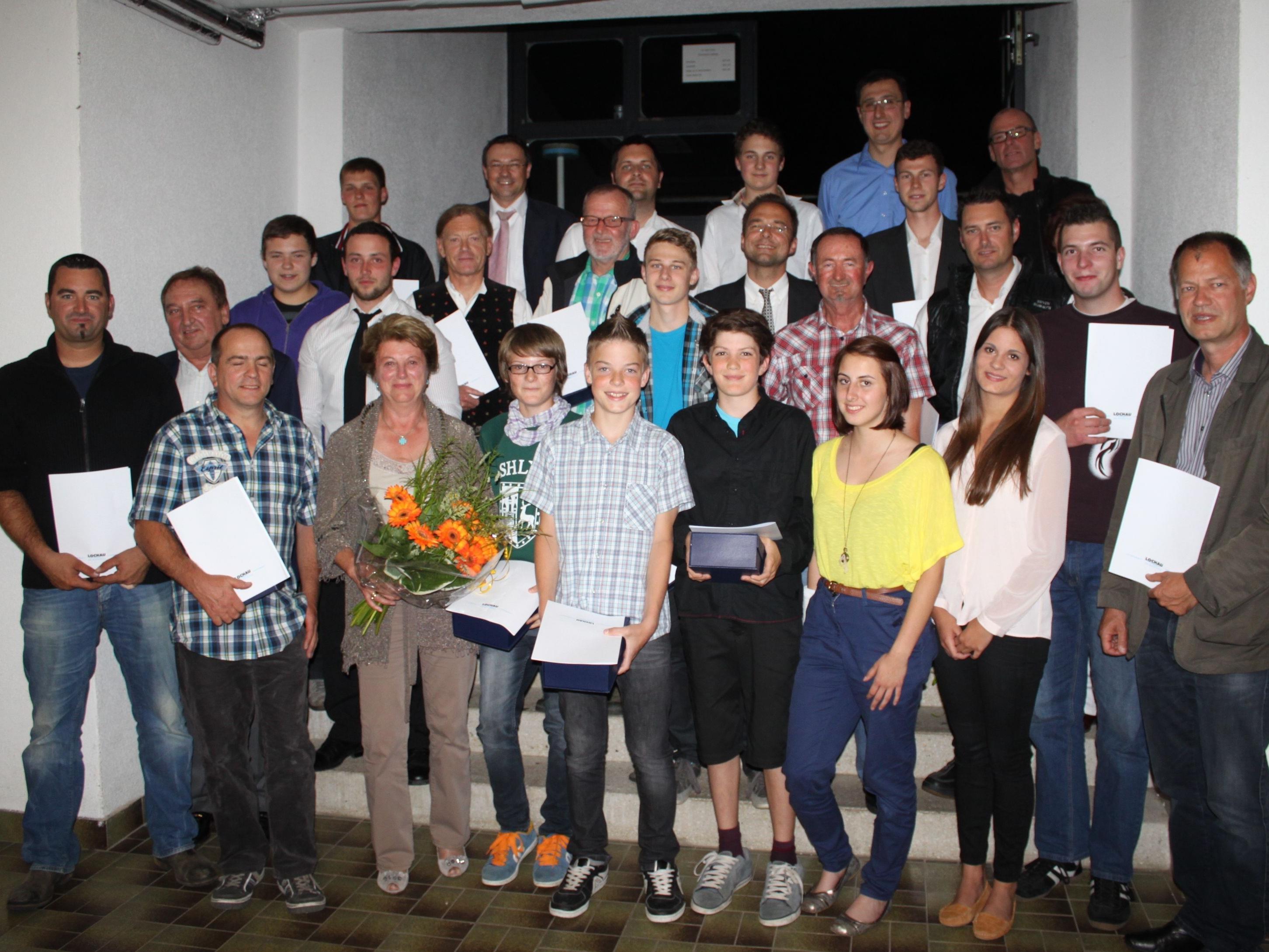 Die erfolgreichsten Lochauer Sportler mit Sportreferent Christophorus Schmid und Christl Gerhalter, Obfrau des Gesamtsportvereines Lochau.