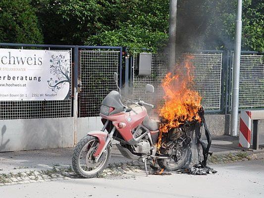 Das Motorrad des 47-Jährigen fing im Frühverkehr in Wiener Neudorf Feuer