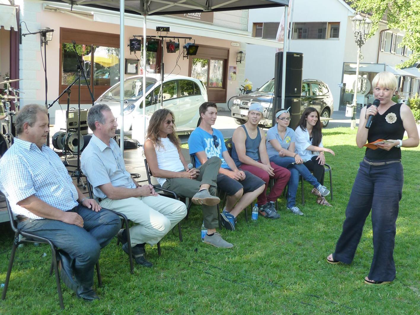 Diskussion zwischen Politikern und Jugendlichen bei der OJAH-Veranstaltung auf dem Schlossplatz.