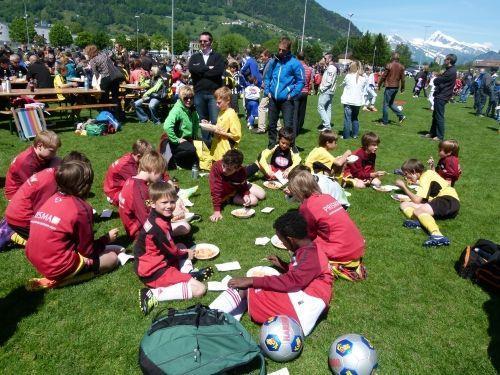 Stärkung für die Egger Nachwuchsfußballer in der Schweiz